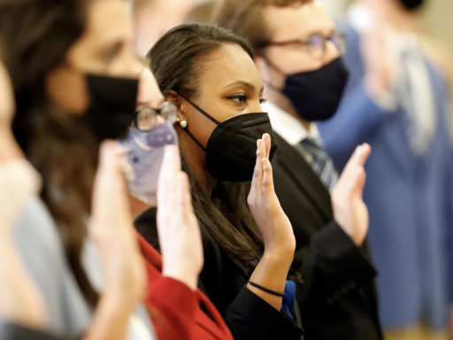 Photo incoming law students taking the oath of professionalism wearing masks